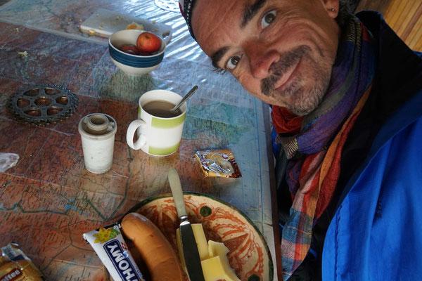 Ein Waldfest zum Frühstück - Cervelat und Senf aus der Schweiz - ...