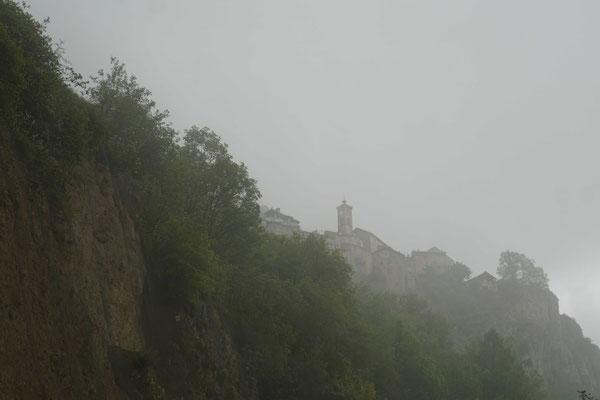 Und aus dem Nebel und dem Regen erscheint schlussendlich ROUBION...