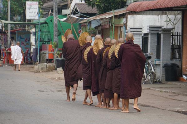 """Die Mönche ziehen am Morgen durch die Strassen und """"betteln"""" Essen. Die Mönche haben auch in der Geschichte des Landes eine wichtige Rolle gespielt... Viele von Ihnen haben ihren Einsatz mit dem Tod bezahlt..."""
