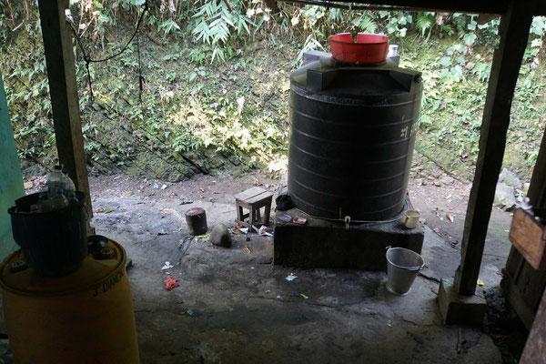 Der Wasch- und Abwaschplatz der Offiziersunterkunft...