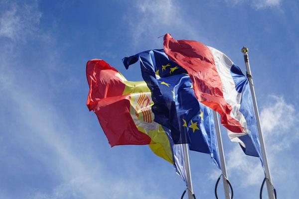 Der Gegenwind lässt die Flaggen von Andorra, der EU und Frankreich im Wind flattern...