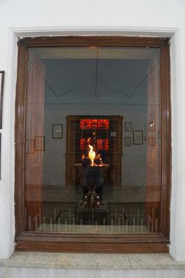Dieses Feuer brennt im Tempel - wird mit Aprikosen- oder Mandelholz gefüttert und ist über 1500 Jahre alt...
