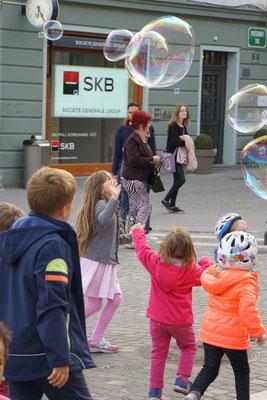 Kinder sind, wie Kinder sind - auch in Ljubljana springen sie den Seifenblasen nach und versuchen, diese einzufangen - wunderbar!