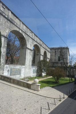 da floss über dieses Äquadukt einstmals das Wasser von sehr weit her in die Stadt und ihre Brunnen