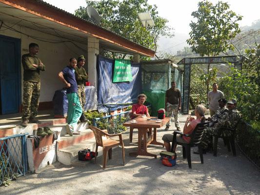 ©www.weltradeln.de - Teeeinladung bei den Militärs kurz vor der Passhöhe auf dem Weg nach Imphal... Wir erleben Militär und Polizei als SEHR freundlich und hilfsbereit...!! DANKE!!