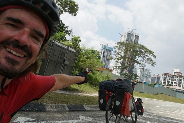 Irgendwo hinter diesen Hochhäusern in Johor Bahru will ich eine Unterkunft finden...