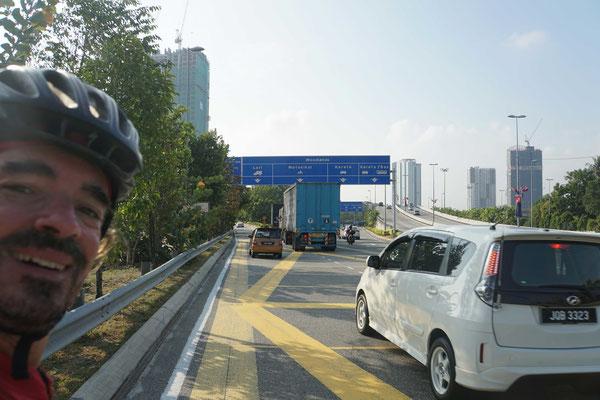 Richtung Einfahrt auf den Causeway aus Richtung Malaysia - Johor Bahru...