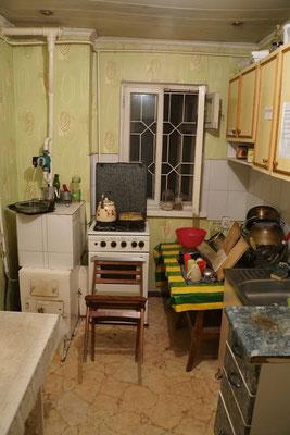Im Guesthouse in Bishkek backen wir Kartoffelgratin - den Gasbackofen gilt es mit einem Stuhl zu verschliessen...