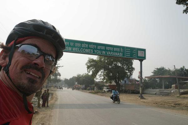Ankunft in Varanasi - also bei der Einfahrt in diese chaotische Stadt - hier lässt es sich noch nicht erahnen, das Verkehrschaos einige 100 Meter später...