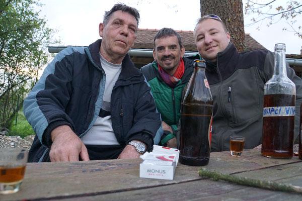 La Bamba, Patrik und Nikola beim Schlummerbecher vor dem Häuschen am Fluss - DANKE FÜR DIE HERZLICHE GASTFREUNDSCHAFT!!!