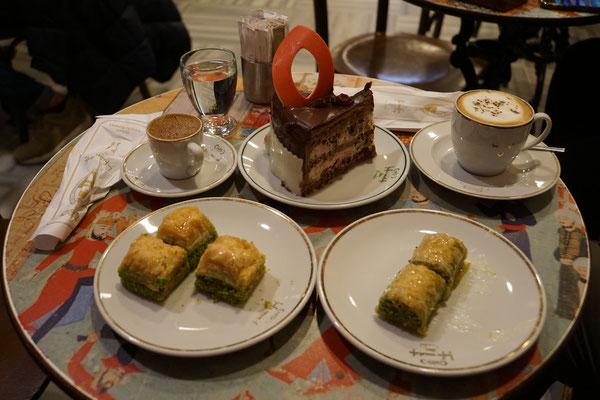 Dieses Kaffichränzli von Papi und mir wird nicht in den Cappuccino-Index aufgenommen - es würde den Index mit Blick auf Preis und Kalorien S P R E NG E N und verfälschen...