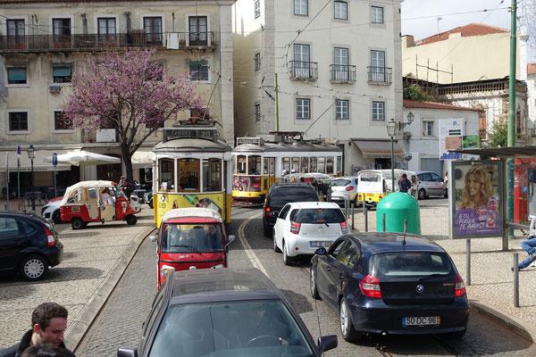 Tram und Auto; wie an der Zürcher Bahnhofstrasse,   ha, ha, ha,