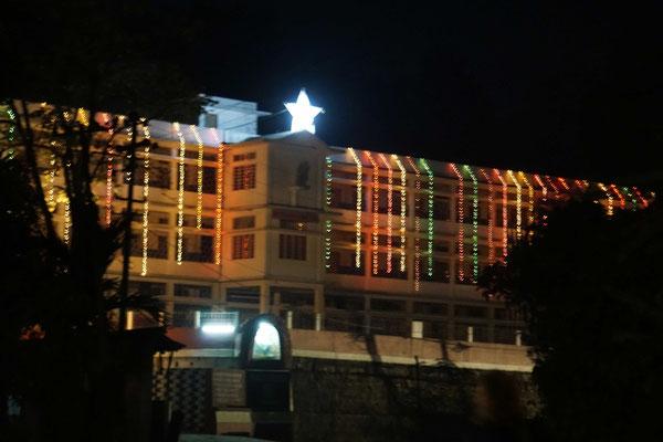Die Klosterschule leuchtet, blitzt und blinkt für Weihnachten...