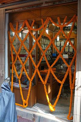 """Am 11. November 2015 wurden alle Häuser festlich mit Tagetes geschmückt - dieser Juwelier hat ein ganz spezielles """"Gitter"""" gestaltet..."""