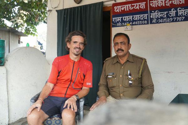 Da fragt man den Polizisten nach dem Weg und landet vor dem Posten beim Tee... :-))