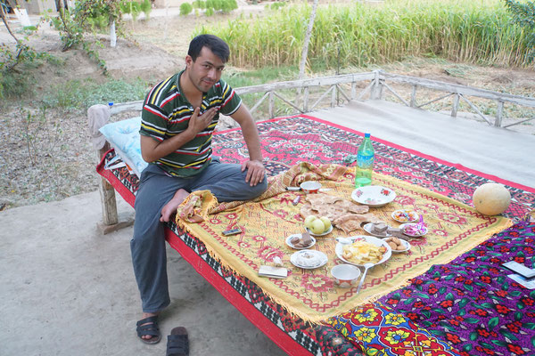 Alisher, mein Gastgeber eine Nacht, bevor ich Bukhara erreicht habe - ich habe im Hof seines Hauses dann im Bett unter freiem Himmel übernachtet - nachdem mich seine Mutter bekocht hatte... War schön unter Sternen bei Vollmond...