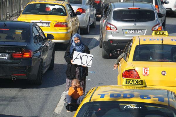 """Google hat mir den Text auf dem Plakat mit """"Hilflos"""" übersetzt - auch das ist Istanbul - habe mir lange überlegt, das Bild zu posten - doch die Frau hat sich so öffentlich präsentiert, dass ich das Bild bewusst weiter veröffentliche - ..."""