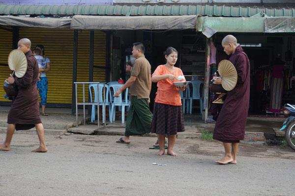 Die Restaurantbesitzer geben den Mönchen Reis, Gemüse, Suppe etc. kostenlos ab...