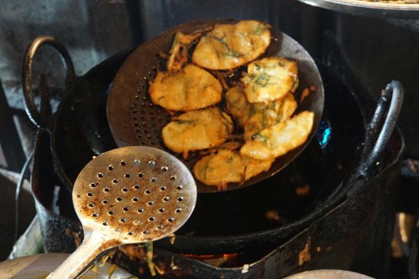 Feinste Kartoffelscheiben in leckerem Gemüse-Gewürz-Teig frittiert...