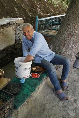 """Abteilung """"Kalte Küche"""": Er schnipselt Tomaten für meinen Salat und die Zwiebeln..."""