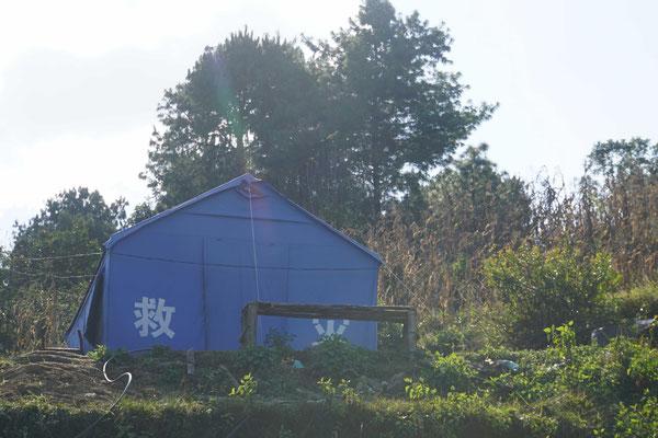 Ein Zelt aus China als Hilfe für die Erdbebenopfer - noch immer leben tausende von Menschen in solchen Zelten...