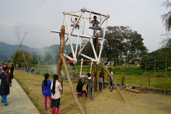"""""""Chilbi"""" in Pokhara - die Kinder spielen mit diesem Riesenrad alleine  - ohne Erwachsene - ohne Fallschutzmatten...."""