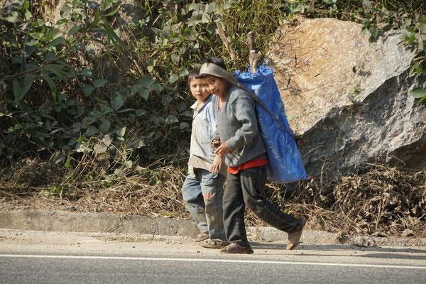 Arbeitende Kinder am Strassenrand...
