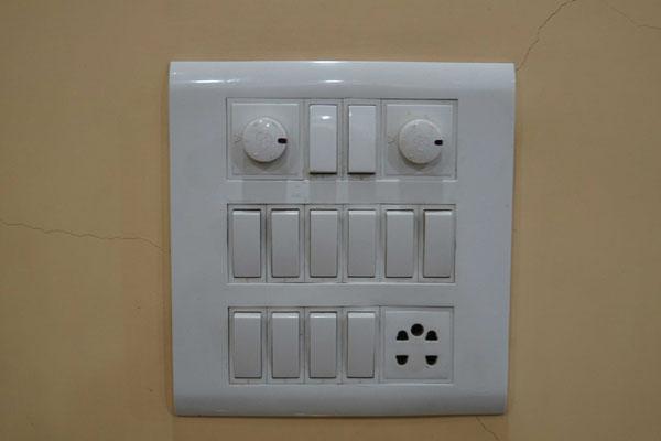 """""""Schlattableau"""" in meinem Zimmer - 10 Lichtschalter und 2 Dekenventilatoren..."""