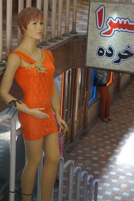 Auch solche stylische Kleidung wird für Frauen angeboten...