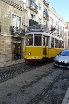 Parking auf der einen Seite der Strasse, auf der anderen der Verkehr; Tram und Auto,   logo...