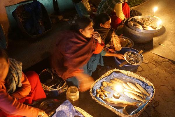 Spaziergang über den nächtlichen Markt, wo bei Kerzenlicht Frisch-Fisch angeboten wird...