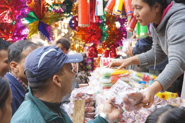 """Zum Lichterfest """"Laxmi Puja"""" - werden überall in der Stadt Kerzen und sonstiges """"Zubehör"""" für kleine Hausaltare verkauft..."""