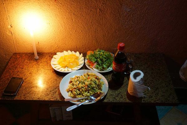 """Sinnigerweise war genau zum Lichterfest Stromunterbruch - so gab es ein """"Candlelight Dinner"""" - das Toilettenpapier dient als Serviette..."""