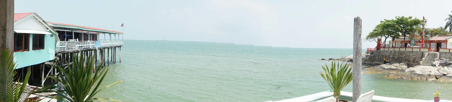 Blick von der Terrasse über das Meer...