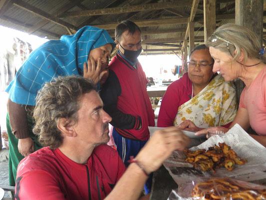 Kartin erklärt den interessierten Beobachtern die Reiseroute - Kirtap interessiert sich für allem für's Essen...