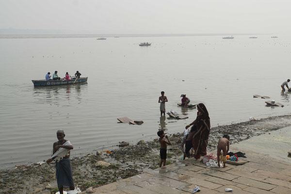 Tja, im Ganges wird gebadet, gewaschen - und Abfall entsorgt...