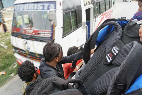 Ich auf dem Bus, ganz vieeeeele im Bus, einige am Bus in Richtung Pokhara ...