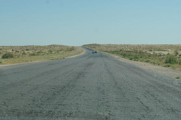 Fahrt durch die Wüste (im Sammeltaxi) nach Turkmenabad...