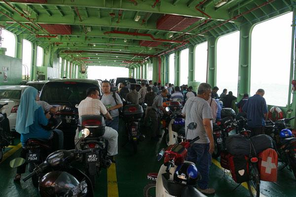 Passpartu auf der Fähre und all den Töffs und Mopeds...