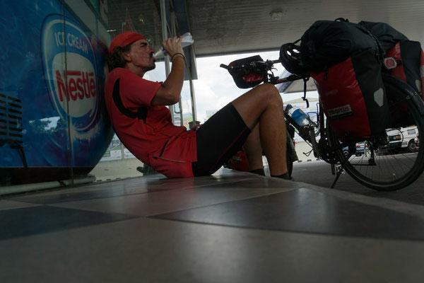 """Kirtap auf der """"ROUTE DE SOIF..."""" vor einem Tankstellenshop in Malaysia..."""