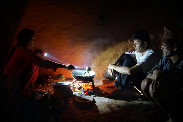 Am letzten Abend bei der Feuerstelle - da der Strom weg war, gab es kein Licht - darum kocht die Surats Mutter mit der Taschenlampe...