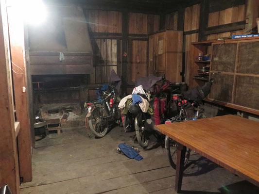 ©www.weltradeln.de - Drei Räder in der Küche der Offiziersunterkunft, wo wir schlafen dürfen - nicht nur ich habe Gesellschaft - auch Passpartu...