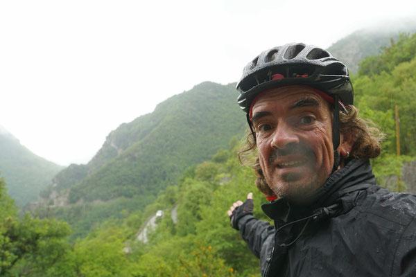 Im Aufstieg zum Col de Turini - coole Strasssenführung - weniger cooles Wetter - dafür kühl und nass...