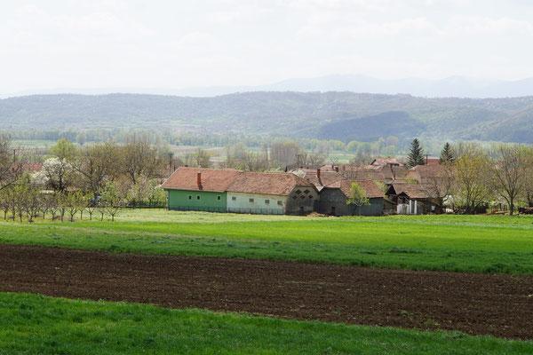 Serbische Landschaft - viele kleine Siedlungen auf der weiten Ebene...