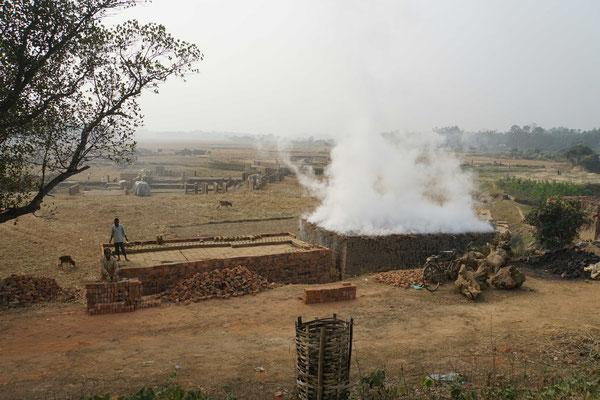 Die Ziegelsteinfabrik - rechts wird gebrannt, links vorbereitet...