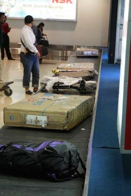 Was rollt da denn an am Flughafen von Yangon?? Unsere drei Veloboxen!! Freude herrscht...!!!