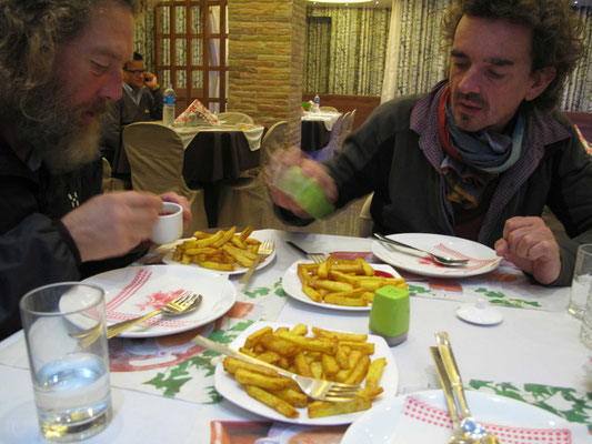 Wie die Räuber fallen wir über die ersten Pommes seit Katmandu her...