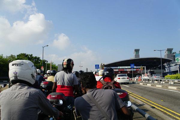 """Passpartu und ich stehen mit """"tausenden"""" von Motorrädern an und warten, bis wir eines der rund 60 Einreisehäuschen passieren und in Singapur einreisen können... - dauerte ab diesem Punkt ca. 45 Minuten..."""