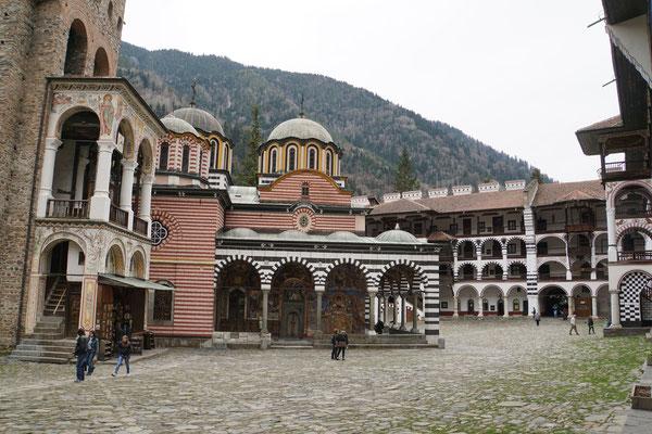 Im Innenhof des Klosters...