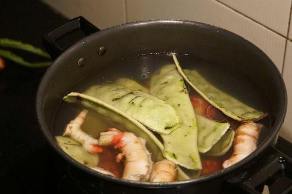 """Zum Abendessen gab es """"Monkey Food"""" - also """"Affenfutter"""" - so nennen die Einheimischen die breiten grünen Bohnen, die sie für uns gekocht haben..."""
